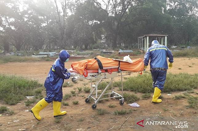 PNS Karawang meninggal diperlakukan mirip korban COVID-19 saat dikubur