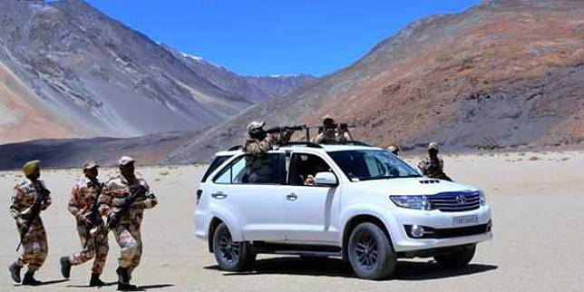 Toyota Fortuner 4x4 militer India (Cartoq.com)