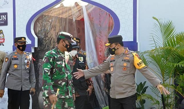 Kapolda Jateng Irjen Pol Ahmad Luthfi saat melakukan pengecekan Pos Pam Nambangan Wonogiri, Jumat (7/5/2021). (Istimewa)