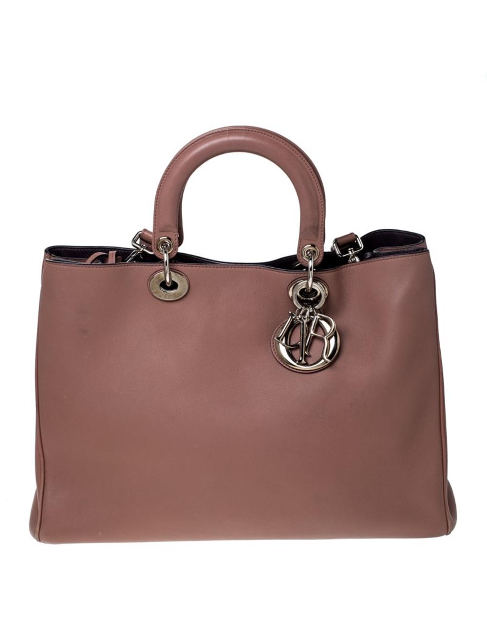 Dior的Diorissimo包是永恆的單品。皮革包採用豪華色調,配以銀色金屬配件和Dior字母飾物。它具有雙頂手柄,可拆卸的肩帶和底部的保護腳。按扣打開後露出帶有襯裡的皮革襯里內部,設有插袋和足夠的