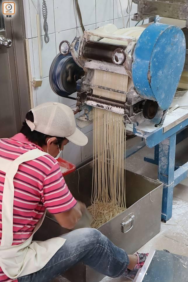 意麵名字取自壓麵時發出的「噫~噫~」聲,真的非常傳神。(劉達衡攝)
