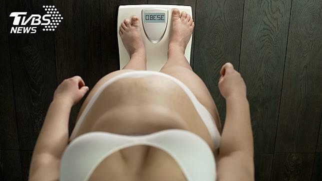 女子2年來吃全素,嚴重缺鈣,體重不減反增。示意圖/TVBS