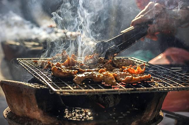 ▲一名自稱在燒肉店工作的網友,在 PTT 無私分享自己 10 多年來的烤肉經驗,教導大家該如何烤出美味食材的小撇步。(示意圖/翻攝自 Pixabay )