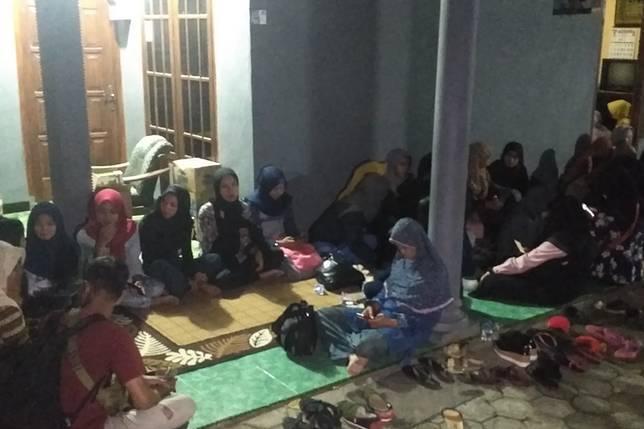 Suasana di rumah duka almarhum Budi Hartanto di Kelurahan Tamanan, Kota Kediri, Jawa Timur, Rabu (3/4/2019) malam. Budi menjadi korban pembunuhan dan jenazahnya ditemukan di dalam koper di pinggir sungai Desa Karanggondang, Blitar.