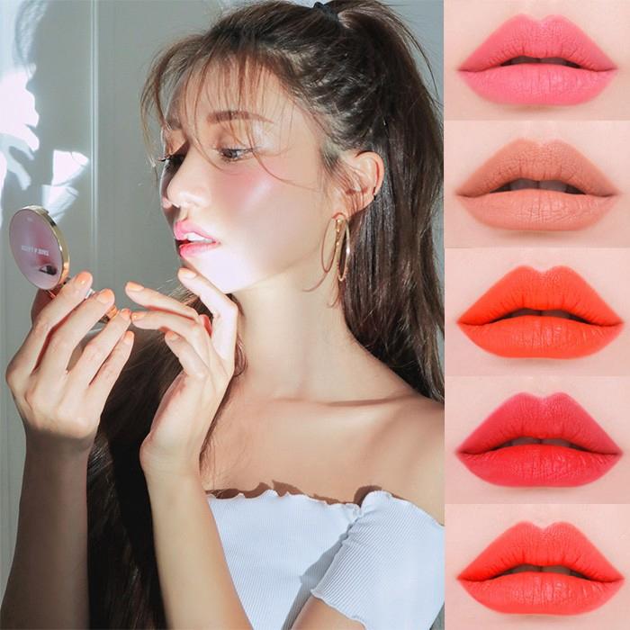 【商品特色】 韓國熱銷品牌3CE 最新系列Take A Layer 眼唇頰三用霜 復古外型設計,直接將御用模特兒及唇色顯示在外蓋上 霜狀質地,容易上色,顯色度佳 一瓶三用,可以使用於眼妝,唇妝及腮紅