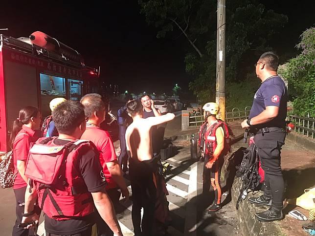嘉義市蘭潭三信亭旁又見溺水,消防人員急往救援。