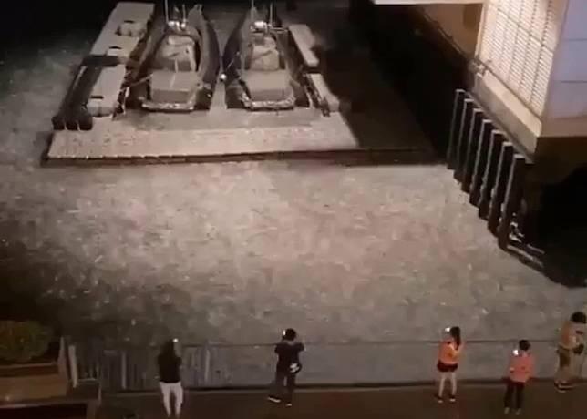 多名途人驚見異象舉機拍攝。