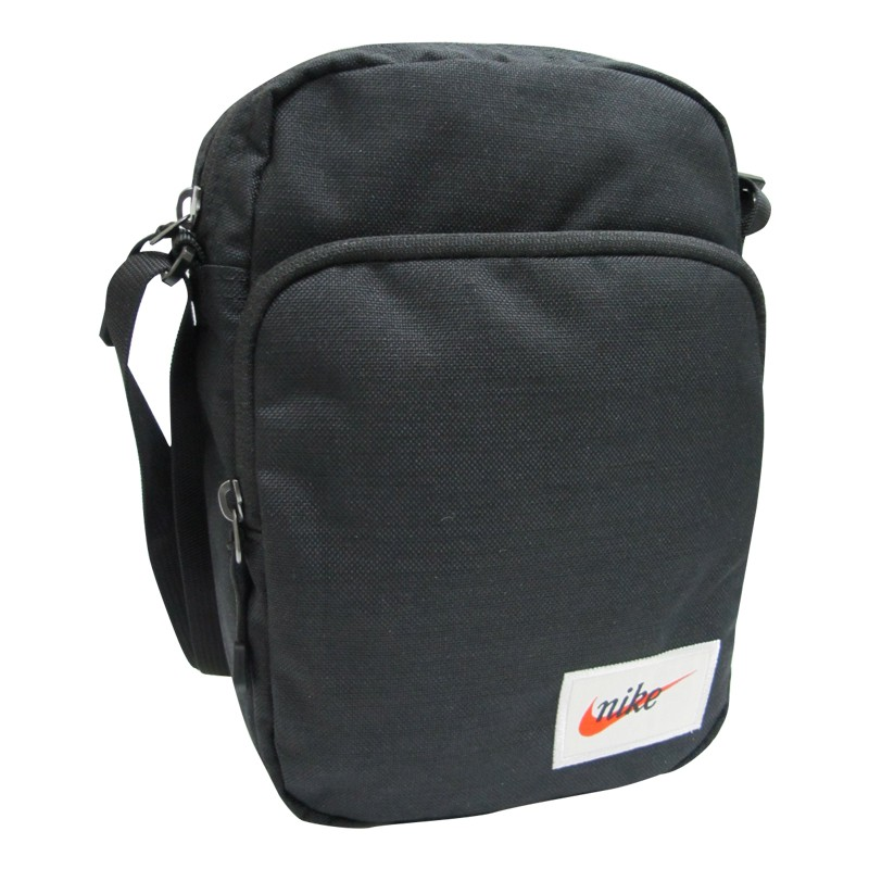 簡單收納側背小包, 輕巧方便,隨身小物品貼心收納。 品牌:NIKE 材質:100%聚酯纖維 尺寸:高 23 * 寬 16 * 厚 8 cm 內部介紹: 1.前層有*1立體拉鍊袋(內無暗袋)、*1直立式
