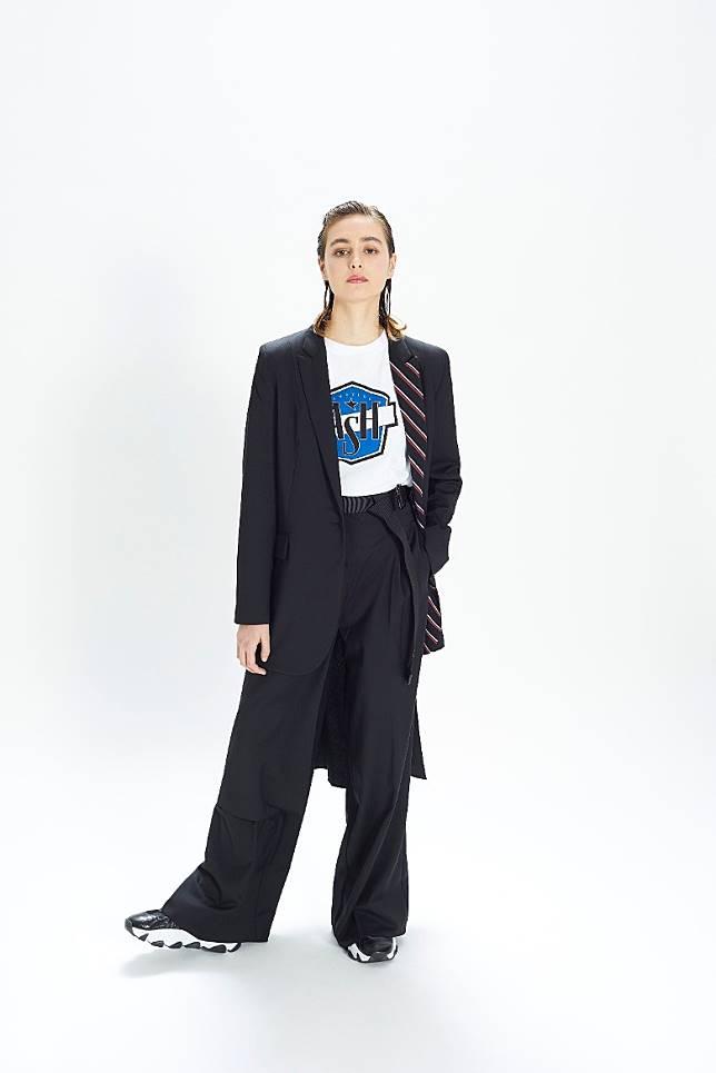 西裝套裝搭配Tee和運動鞋是近年大熱的流行穿搭。(互聯網)