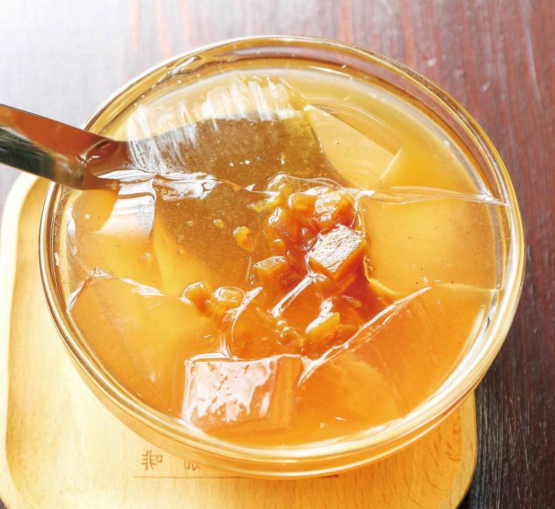 老闆娘釀製的「鳳梨酵素愛玉」,是店內的招牌甜品。(50元)(圖/焦正德攝)
