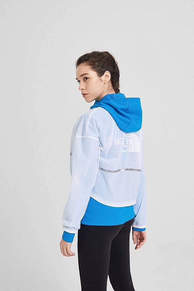 女生專屬3合1外套,採用超短透明防風外層拼湊柔軟針織上衣,輕鬆配搭型格或運動造型。(互聯網)