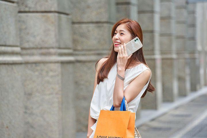 在雙手無法掌騰出來拿 iPhone 時,Altra 腕帶保護殼就是最好的選擇,將腕帶掛在手腕上,就不用擔心手機該放哪裡才好,且接聽電話時就不用特地在包包裡找尋手機。