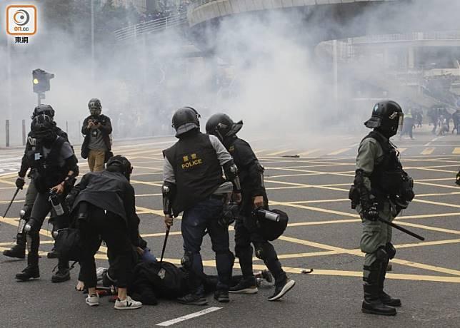警方施放催淚彈並制服示威者。(李志湧攝)