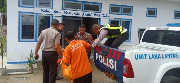 Para petugas mengevakuasi jenazah tahanan Yohanes Mahe yang diduga tewas bunuh diri di Rutan Kelas IIB Ruteng, NTT, Minggu (15/12).