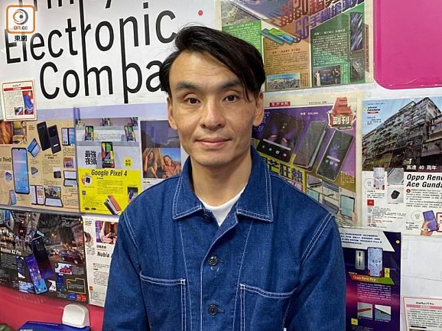 三禾電氣店長Simon測試後表示,內地多款水貨5G機都兼容到香港5G網絡。(陳志滔攝)