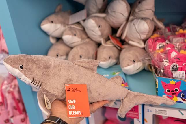 呢款鯊魚公仔($149)就特別作籌款用途,據知將會不扣除成本全數捐予WWF。
