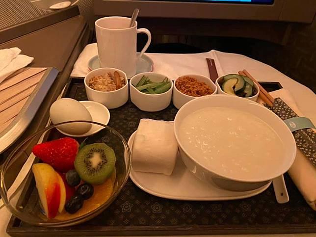 ▲飛機餐「 1 料理」害慘乘客!尷尬舉動笑翻眾人。(圖/翻攝自《爆廢公社》)
