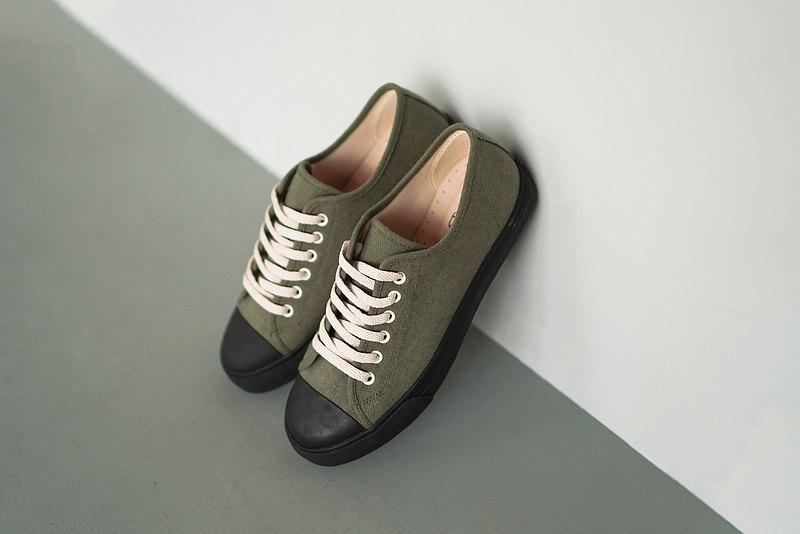  僅選用棉、麻等天然素材創作,布料可能來自我們旅行與生活過的國家。  台灣四十年經驗的師傅手工製作,每一雙平底鞋都是經驗的傳承與累積。  寬楦、柔軟的真皮鞋墊,包覆著每一步。  限量發行,是旅行中獨一
