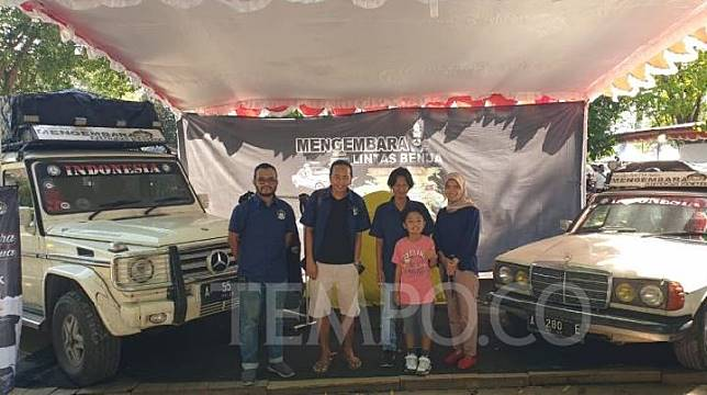 Sebagian personil tim Mengembara Lintas Benua dari Mercedes-Benz Club Banten yang berkeliling 49 negara. Sabtu, 7 Desember 2019. Tempo/Pribadi Wicaksono