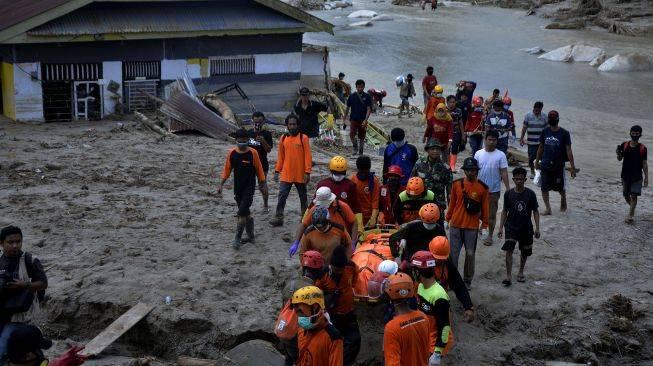 Korban Banjir Bandang Luwu Utara Dapat Pasokan Sembako dari Waskita |  Suara.com | LINE TODAY