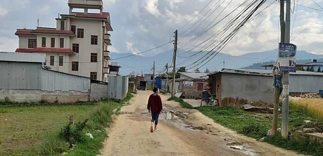 鄭小姐指被困尼泊爾已逾2個月,感十分無助。