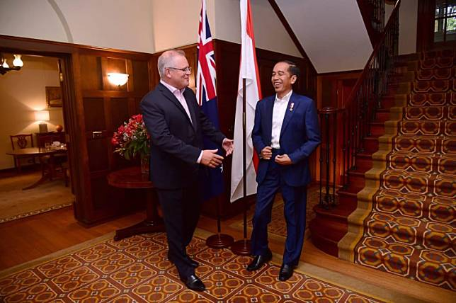 Meeting in the middle: Australian Prime Minister Scott Morrison (left) talk with Indonesian President Joko Widodo at a dinner event in Canberra on Feb. 10, 2020.