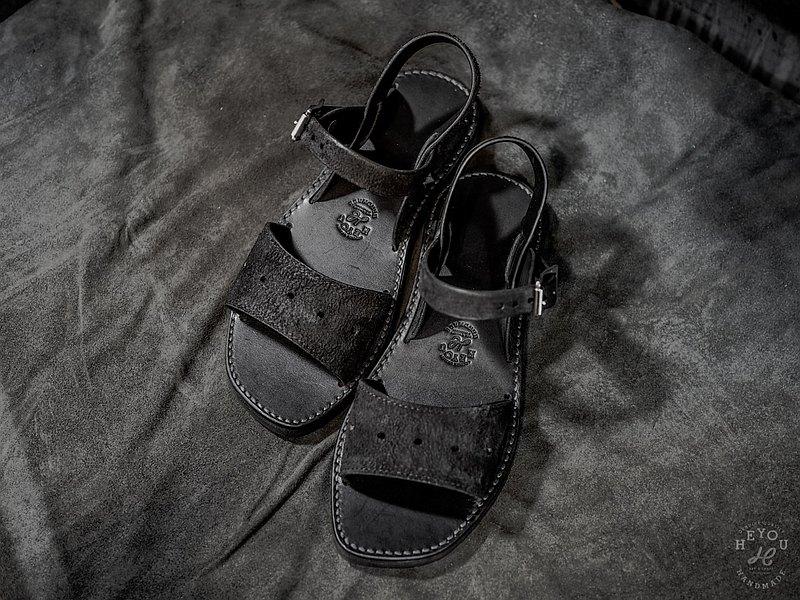 此款皮革涼鞋,主因是它的鞋底版的線條很優美, 三條皮革扣帶與底板勾勒出的整體視覺比例, 配合的恰到好處。 看膩了滿街的寬寬胖胖的勃肯&顯不出質感的夾腳拖, 我們想提供些不一樣的選擇。