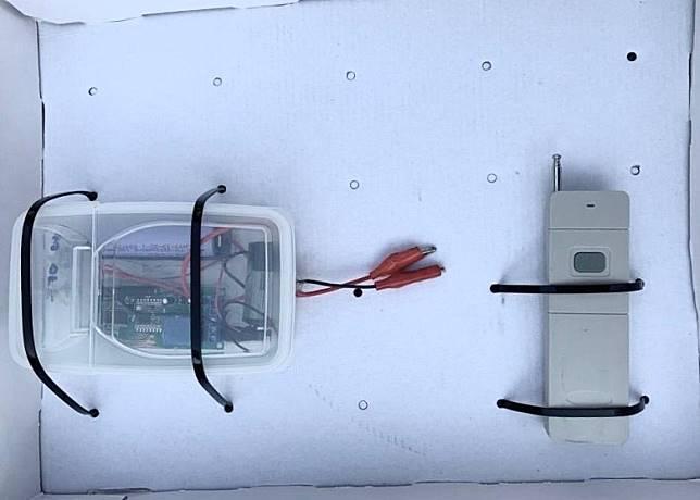 檢獲的遙控發射器(右)及接收器。
