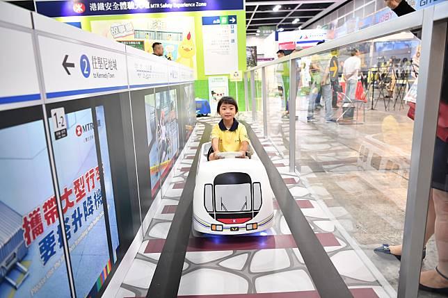 小玩家可於棋盤上駕駛小港鐵電動棋子。