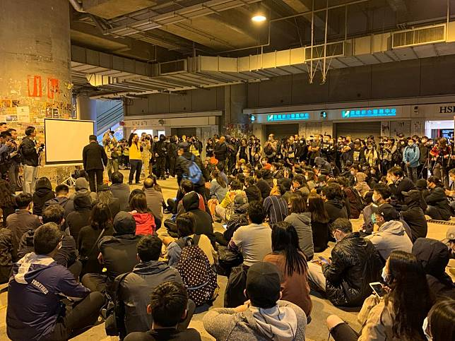 元朗區民主派議員在西鐵站外舉辦放映會,有過百人出席。(仇志榮攝)