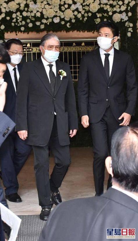 霍震霆代表霍英東家族向何鴻燊致悼詞,並和兒子霍啟山離開殯儀館。