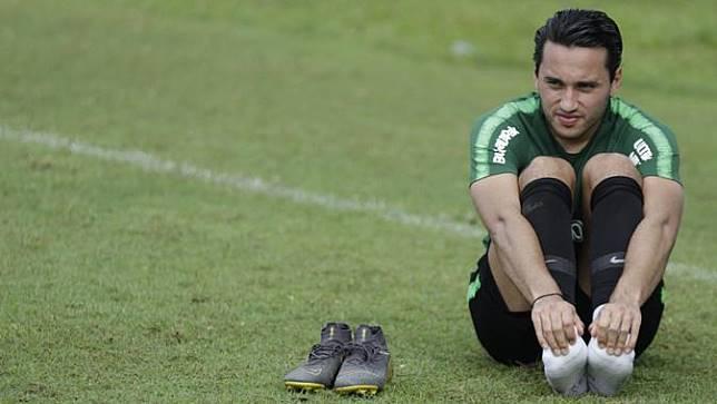 Pemain Timnas Indonesia U-23, Ezra Walian, melakukan pendinginan usai latihan. (Bola.com/Vitalis Yogi Trisna)