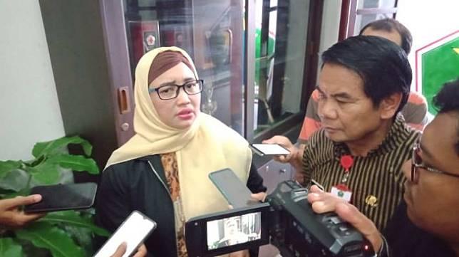 Komisioner KPAI Retno Listyarti bersama Sekda Kota Malang Wasto usai pertemuan di Balai Kota Malang, Kamis (13/2/2020). [Suara.com/Aziz Ramadani]