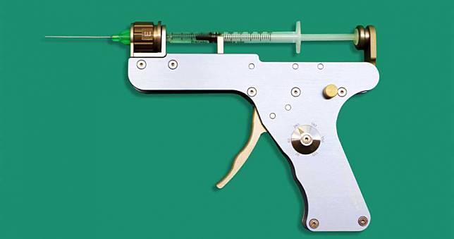 這把手槍是台灣之光 扣一下板機可以安全變美