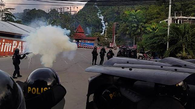 Riot police officers fire tear gas during a protest in Jayapura, Papua, Indonesia, August 29, 2019. The region has been racked by civil unrest for two weeks over perceived racial and ethnic discrimination. Some protesters are also demanding an independence vote - a move ruled out by te security minister on Thursday. Antara Foto/Indrayadi TH