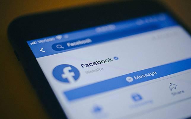 Tampilan aplikasi Facebook di smartphone./Bloomberg