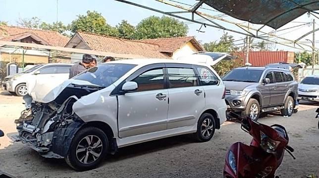 Daihatsu Xenia remuk usai menabrak Mitsubishi Pajero. (Facebook/R'one)