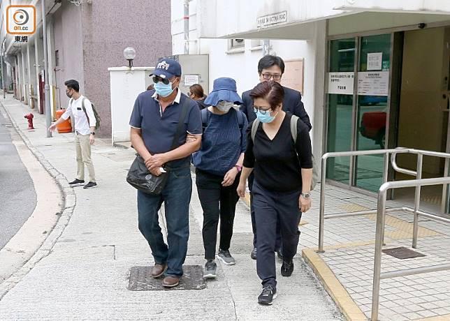 死者的1男2女家屬,戴上口罩在一名律師的陪同下抵殮房認屍。(梁志雄攝)