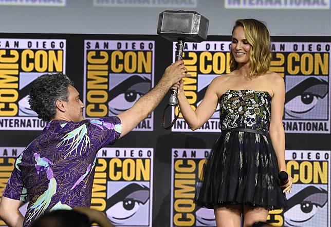 ▲娜塔莉波嫚(右)從導演塔伊加維迪提手上接過「雷神槌」。(圖/美聯社)