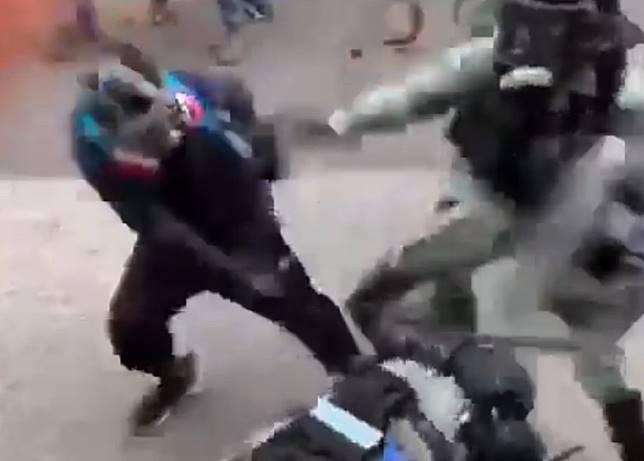 其他防暴警趕至,示威者事敗逃走。(理大學生報編委會fb片段)