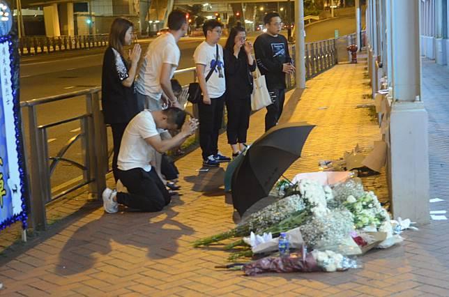 市民帶同鮮花到現場悼念。