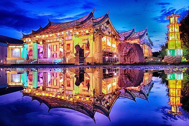 外觀像艘大船的「玻璃藝術館」繽紛迷幻的夜景  (圖/彰化縣政府城市暨觀光發展處)