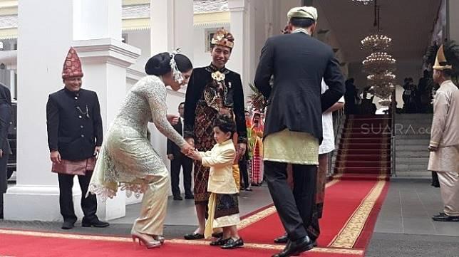 Jan Ethes saat menyalami istri AHY, Anissa Pohan di Istana Merdeka. (Suara.com/Ummi HS).