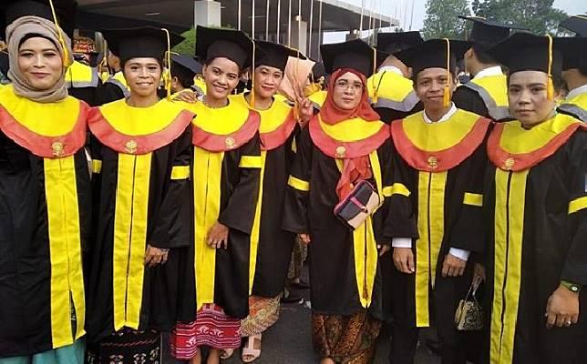 Sebanyak 13 pekerja migran Indinesia di Singapura berhasil lulus S-1 Universitas Terbuka dan mengikuti wisuda di Jakarta, 13 November 2019. (KBRI SIngapura)