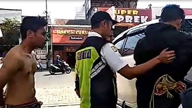 Dua pelaku pencurian helm di Kampus Unisma diangkut dengan mobil untuk diserahkan ke polisi, Senin (16/9/2019)