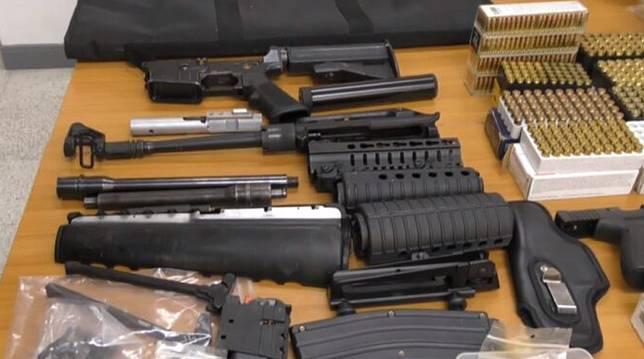 บุกค้นบ้าน พร้อมรวบหนุ่มใหญ่ วัย 44 ปี ของกลางอาวุธ 'ปืน-กระสุน' หลังชุดสืบฯ ภาค 1 ร่วมกับ ตร.อ่างทอง ขยายผลลำกล้องเก็บเสียง 'ไซเลนเซอร์'  คดีอดีต ผอ.โรงเรียนชิงทรัพย์ร้านทอง