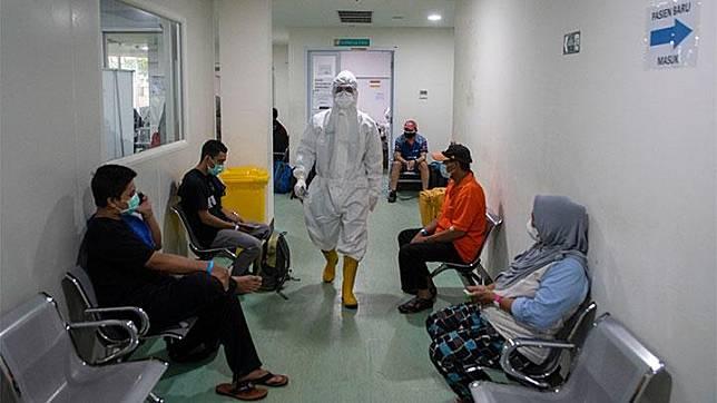 Seorang tenaga kesehatan berjalan di antara pasien positif COVID-19 yang baru tiba di Rumah Sakit Darurat COVID-19 (RSDC), Wisma Atlet, Kemayoran, Jakarta, Rabu, 5 Mei 2021. Komandan Lapangan RSDC Wisma Atlet, Letkol Laut (K) Muhammad Arifin mengatakan tidak akan mengurangi jumlah tenaga kesehatan selama masa Lebaran 2021. ANTARA/M Risyal Hidayat