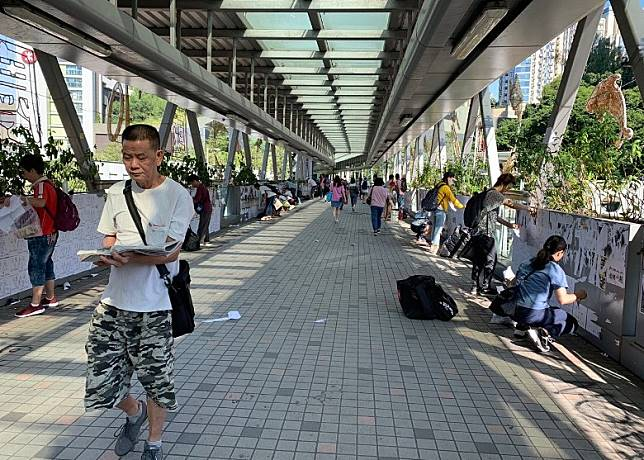 何文田港鐵站外有市民響應清走便利貼。(互聯網)