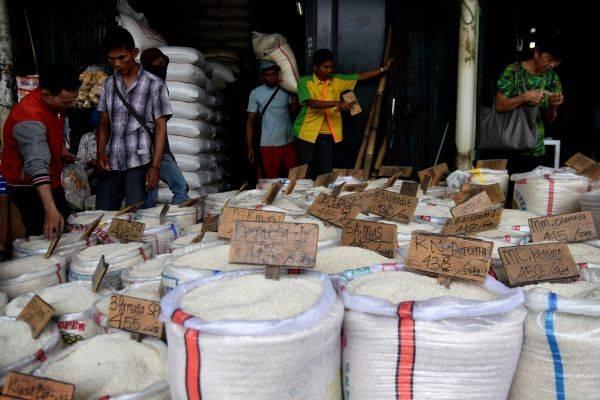 Sejumlah calon pembeli mengamati beras yang dijual di Pasar Induk Beras Cipinang, Jakarta, Senin (20/5/2019).