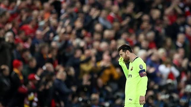 Striker Barcelona Lionel Messi berjalan tertunduk usai bertanding melawan Liverpool dalam Leg Kedua Liga Champions di Anfield, Liverpool, Inggris, 7 Mei 2019. Barcelona harus akui ketangguhan Liverpool yang berhasil menang telak dengan skor 4-0. Reuters/Carl Recine